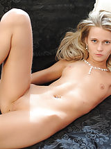 Kleine Brüste, Amazingly slender blonde babe giving her best as a nude model. Fantastic thin body with super tiny breasts. Juicy collection.